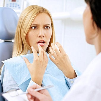 Symptoms of an abscessed tooth include pain, inflammation and swelling of the face or jaw.