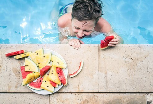 Fear not after eating at the beach—you're safe to swim right away.