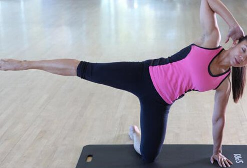 Lean to the left, placing your left hand on the mat under the shoulder and your right hand behind the head with the elbow pointing up.