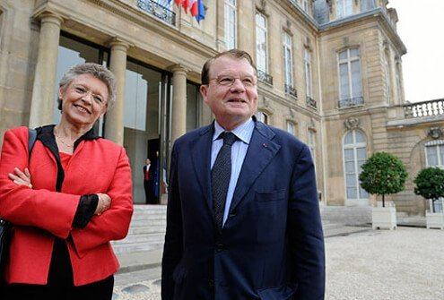 HIV discoverers Barre-Sinoussi and Montagnier win Nobel Prize.