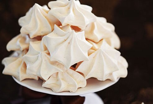 Photo of a meringue on a cake stand.